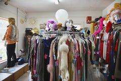 Roupa e perucas na loja de segunda mão fotos de stock royalty free