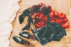 Roupa e sapatas dispersadas dos amantes Noite do amor Foco seletivo fotos de stock