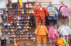 Roupa e sapatas dos miúdos Fotografia de Stock