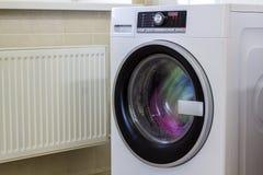 Roupa e toalhas coloridas na máquina de lavar Foto de Stock