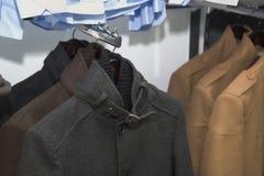 Roupa elegante em uma loja, vestuário formal elegante dos homens do revestimento do terno, estilo do cavalheiro, roupa do casamen fotografia de stock royalty free