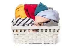 Roupa em uma cesta de madeira da lavanderia isolada no fundo branco fotos de stock royalty free