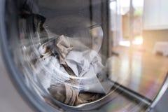 A roupa está lavando na máquina de lavar imagem de stock