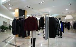 Roupa fêmea na loja Imagens de Stock