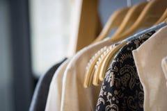 Roupa fêmea que pendura na corda com variedade de cor fotos de stock royalty free
