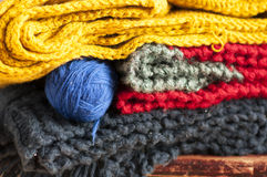 Roupa feita malha colorida empilhada Foto de Stock
