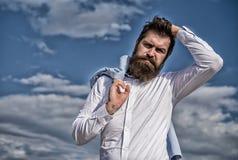 A roupa formal branca do moderno farpado do homem olha o fundo afiado do c?u Noivo extravagante Moderno com olhares da barba e do fotos de stock