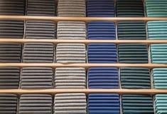 Roupa indicada na loja Copie o spase para o texto As camisetas mornas do lote da cor diferente são empilhadas ordenadamente em se foto de stock royalty free