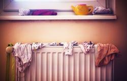 Roupa interior do ` s das crianças no radiador Imagem de Stock Royalty Free
