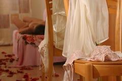 Roupa interior na cadeira e na mulher do nu da beleza Imagens de Stock Royalty Free