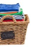 Roupa limpa fresca lavada em uma cesta de lavanderia imagens de stock royalty free