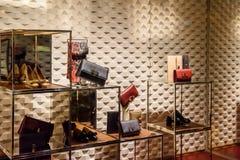 Roupa luxuoso e acessórios da mulher para a venda na exposição da janela de loja fotos de stock royalty free