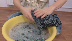 Roupa molhada do aperto da mulher video estoque