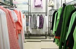 Roupa na loja Foto de Stock