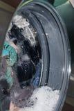Roupa na máquina de lavar fotografia de stock
