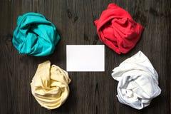 Roupa ordenadamente dobrada e um cartão branco Fotografia de Stock