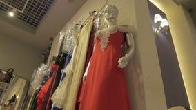 Roupa que pendura em ganchos na loja de roupa durante a abertura de coleções novas video estoque