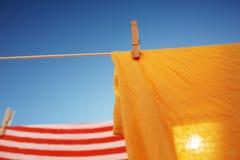 Roupa que seca no clothesline Imagens de Stock Royalty Free