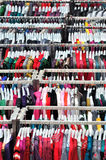 Roupa que vende na alameda Imagens de Stock