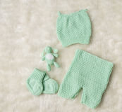 A roupa recém-nascida do bebê, chapéu recém-nascido das crianças golpeia a calças dos montantes Fotografia de Stock Royalty Free