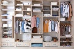 Roupa, sapatas e material à moda da casa no grande vestuário fotografia de stock royalty free