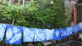 Roupa seca de suspensão de tingidura do processo da cor do índigo do batik tailandês do laço das mulheres no sol filme