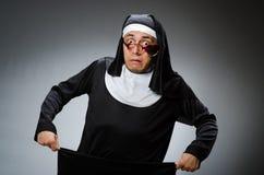 A roupa vestindo da freira do homem no conceito engraçado Foto de Stock Royalty Free