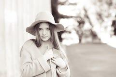 Roupa vestindo do inverno da menina adolescente Foto de Stock