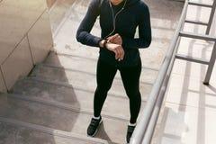 Roupa vestindo dos esportes da jovem mulher imagem de stock