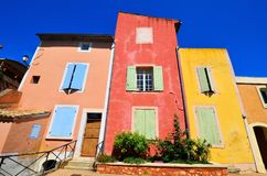 Rousillon,普罗旺斯,有红色和黄色颜色的法国充满活力的房子  库存图片