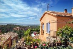 Roussillon-Dorf, -garten und -haus Lizenzfreie Stockfotografie