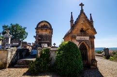 Roussillon, Frankrijk - Juni 14, 2018 Traditionele begraafplaats met graven stock fotografie