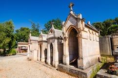 Roussillon, Frankrijk - Juni 14, 2018 Traditionele begraafplaats met graven royalty-vrije stock foto