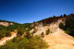 Roussillon, Vaucluse, Frankreich - Ansicht an den ockerhaltigen Felsen stockfotografie