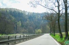 route à arrière-pays et à l'arbre Photos stock