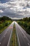 Route à deux chaussées - route anglaise - route rayée par arbre photo stock