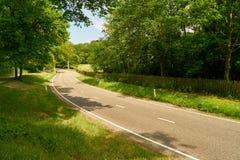 Route à deux voies avec la courbe en été image libre de droits