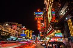 Route à grand trafic de Yaowarat pendant la nuit Photos libres de droits