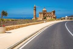 Route à l'église de Pinu de ventres dans Gharb à Malte Photographie stock libre de droits
