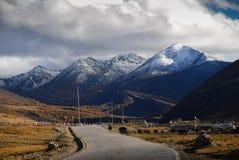 Route à la réserve naturelle de Yading photos libres de droits