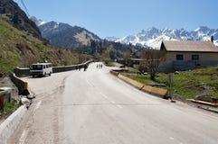 Route à la station de sports d'hiver de Shymbulak Photo libre de droits