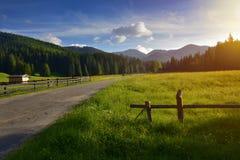Route à la vallée de Chocholowska au coucher du soleil Photographie stock libre de droits