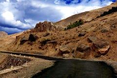 Route à Leh, état de Jammu-et-Cachemire photos libres de droits