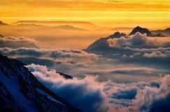 Route à Mont Blanc Vallée de Chamonix dans les nuages france Image libre de droits