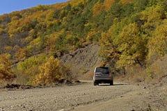 Route à un automne coloré et ensoleillé photographie stock