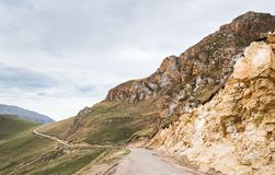 Route étroite dans les montagnes fonctionnant dans le règlement photographie stock