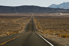 Route190 через пустыню стоковое изображение rf