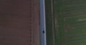 Route aérienne de contenu de bourdon de vue d'oiseau avec le trafic léger sur la ville extérieure et les terres arables banque de vidéos