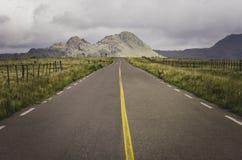 Route aan de berg met groene rond ruimten stock foto's