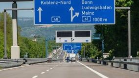 Route allemande avec les voitures, les signes et les sorties évidents Autoroute sans limitation de vitesse photographie stock